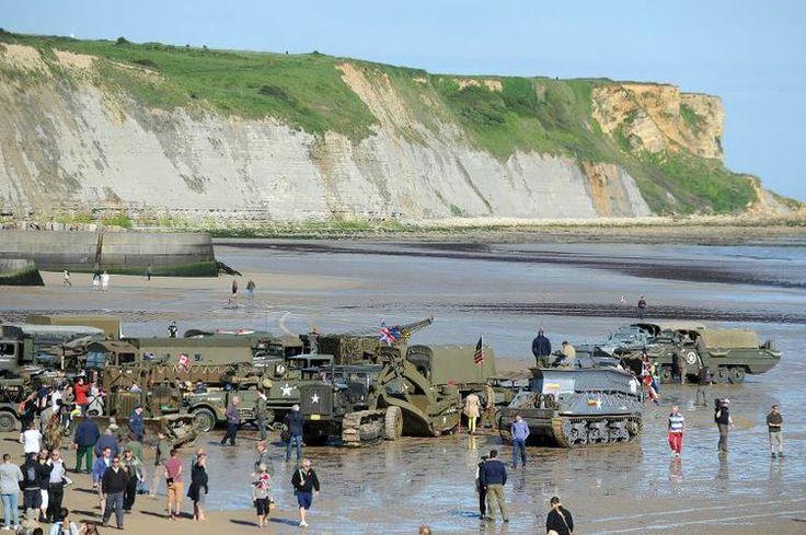 Des véhicules militaires sur la plage d'Arrmoanches en Normandie, pour les commémorations du Débarquement, le 6 juin 2014