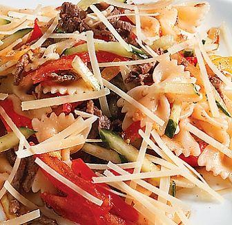 """салат фарфале Салат Фарфалле состав: Отварная паста, свежий огурец, свежий томат, сладкий перец, жареная говядина, сыр """"Пармезан"""", оливковое масло, соевый соус"""