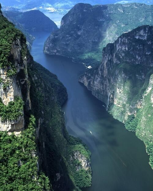 Una vista increible del Cañon del sumidero en Chiapas. [Sumidero Canyon is a deep canyon surrounded by a national park in the Mexican state of Chiapas.]