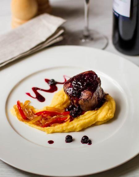 Стейк из свиной вырезки со смородиновым соусом | Мясные блюда | Рецепты | ONLINE.UA