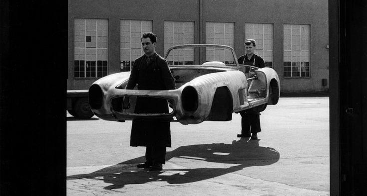 """Von einem Auto wie dem 300 SL konnten die Urzeitmenschen in den berühmten """"Flintstones""""-Cartoons nur träumen, denn statt Holz und Gestein kam hier seinerzeit bahnbrechende Technologie zum Einsatz. Auf der Basis des Mercedes-Rennwagens der frühen fünfziger Jahre wurde der 300 SL mit einem Rohrrahmenchassis, einem optimierten Sechszylindermotor, einer aus dem Rennsport entlehnten Nockenwelle, einer überarbeiteten Hinterachse und Direkteinspritzung ausgestattet - er war damit das schnellste…"""