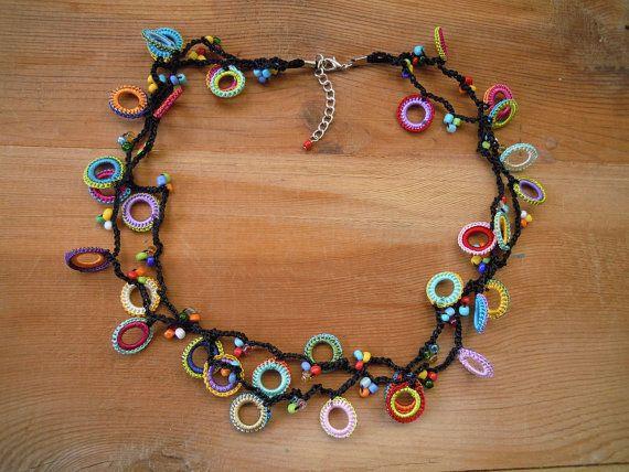 Outro acessório pra procurar na feirinha da sua cidade! crochet colorido colar gargantilha