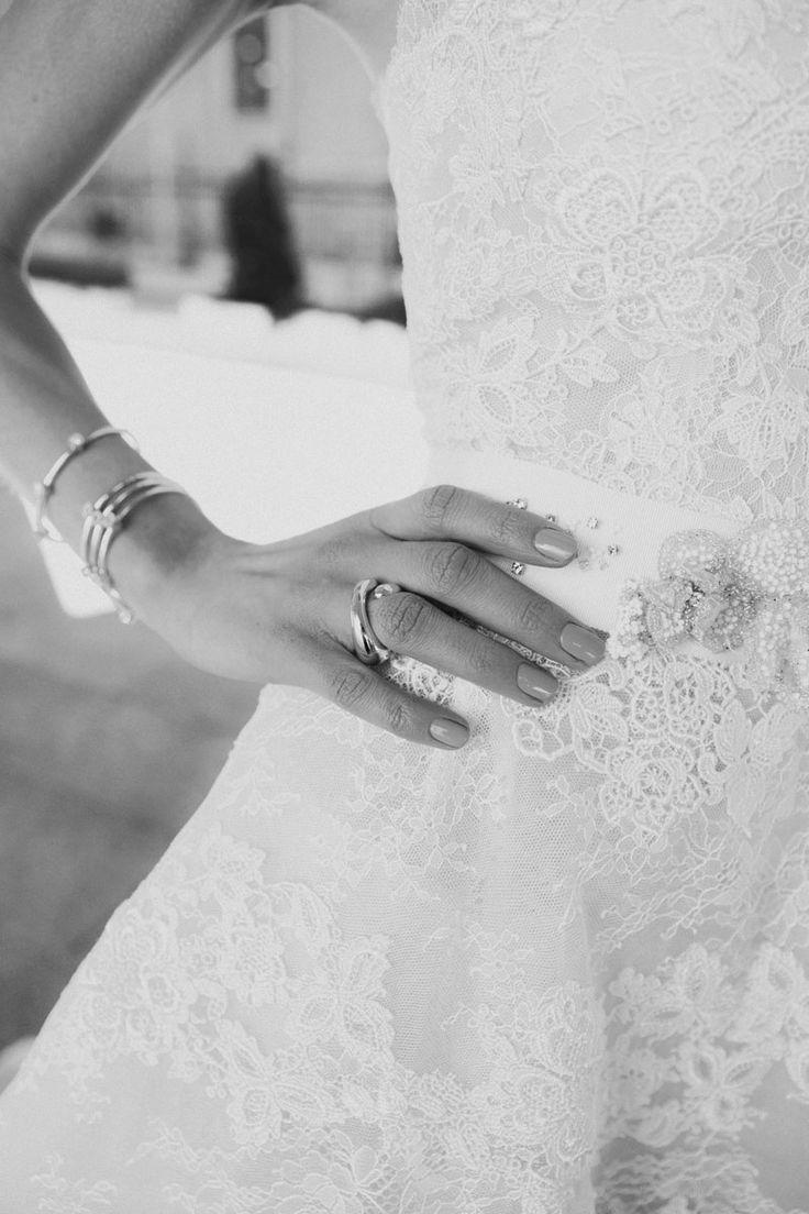 Editorial de moda de novias inspirada en la estética de los años sesenta: A nillo y pulseras de Dijous