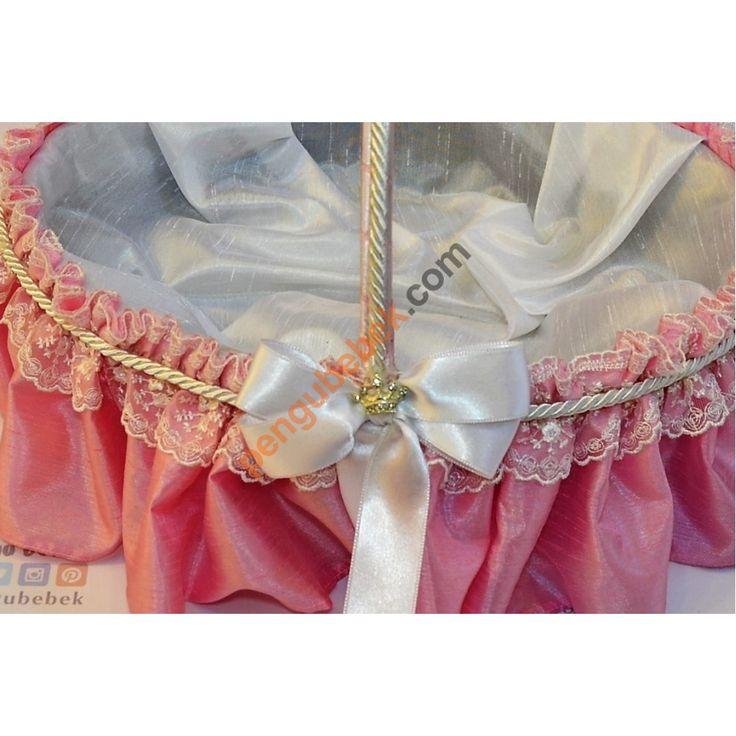 Prenses Bebek Sepeti, İçi beyaz, dışı pembe ipeksi kumaşlar kullanarak üretilen prenses bebek sepeti danteller, kurdelalar ve özel jüt iplerle süslenerek prenses tacıyla tamamlandı. Pengu Bebek