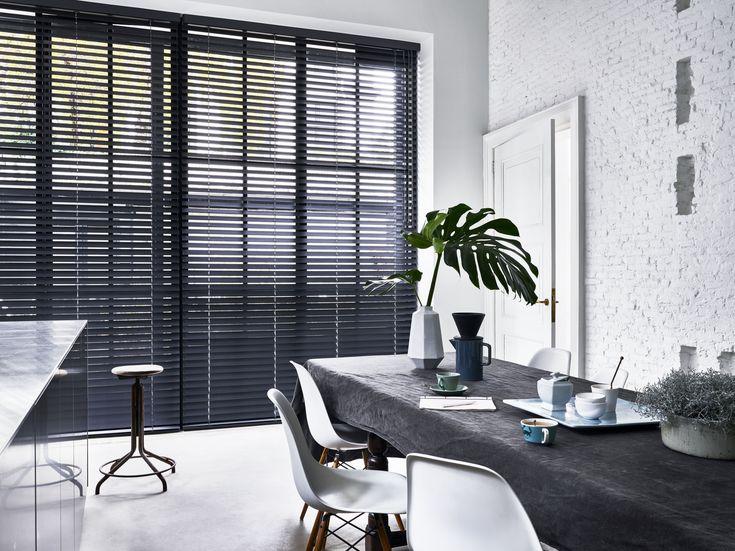 Horizontale jaloezieën van bece®. Kijk voor meer inspirerende foto's in ons lookbook op www.bece.com #black #white #windowfashion #bece #interieur #raamdecoratie