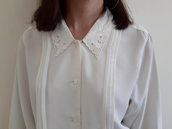 Vintage white blouse Womens white blouse Elegant blouse Feminine blouse Simple blouse Classic white blouse Button down blouse Size M