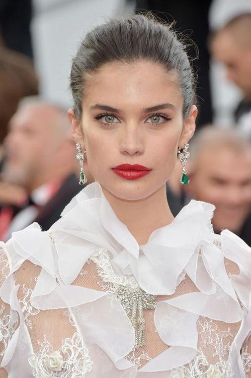 """Sara Sampaio à la montée des marches de """"The Killing Of A Sacred Deer"""" au Festival de Cannes 2017"""