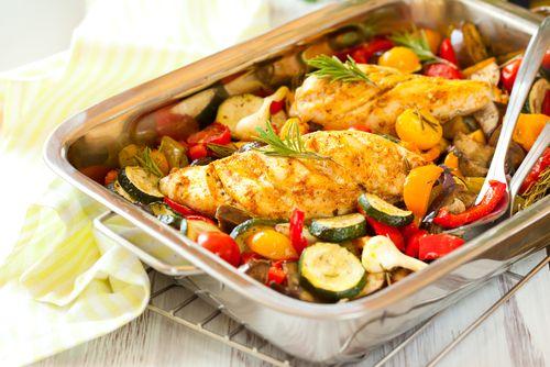 Gourmand magazine vous propose cette recette de poulet rôti aux aubergines et aux pignons de pin. Un excellent plat très copieux.