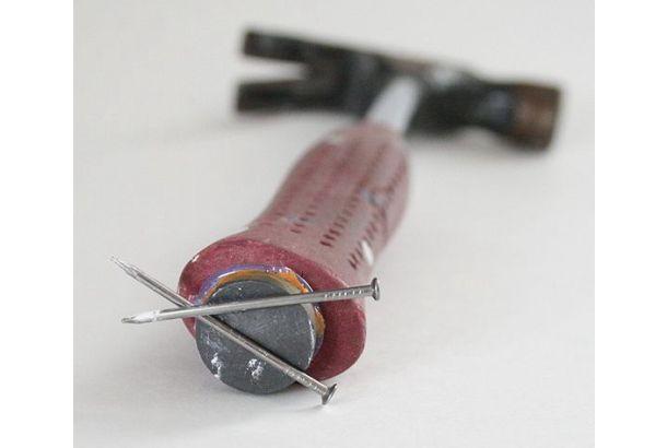 一枚の写真で「この発想、天才!」っていうの、あるよね。 ハンマーの柄の下部分に強力な磁石を接着すれば、釘を口に咥えたり無理やり手に持ったりしなくてもオーケー! なかなかグッドアイディアな創意工夫DIYですね。こうして新しい商品は生まれていくのでしょう。 GENIUS I SAY!! [Well Done Stuff]