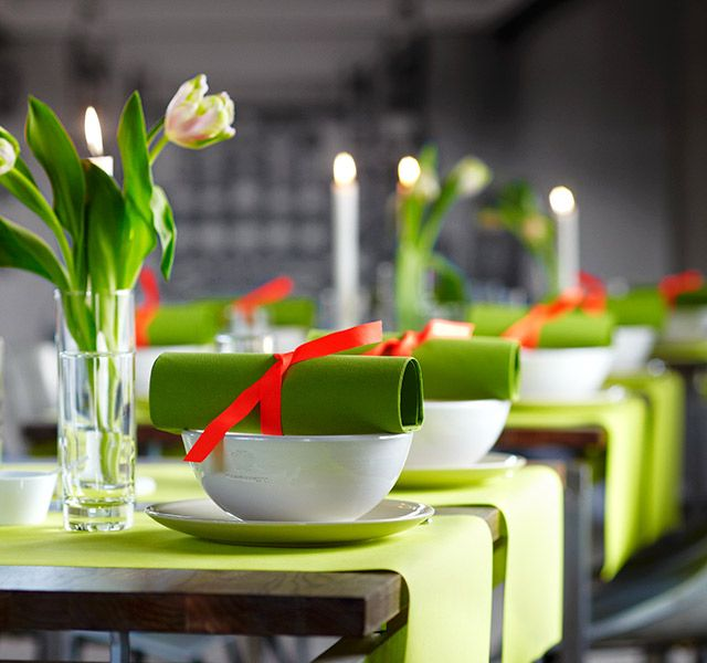 Green is a colour for spring. Duni has matching uncolored products in a beautiful herbal green nuance - perfect for a spring table setting with tulips