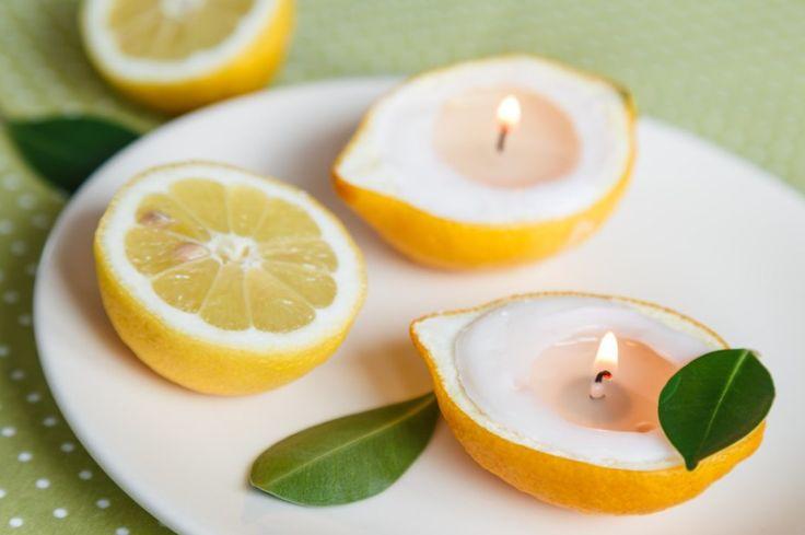 Citrony podélně rozkrojte a pomocí nějakého šikovného nástroje vydlabte dužninu. Vydlabané mističky vysušte papírovým ubrouskem. Čajovou svíčku vyjměte z kalíšku a slupku posaďte na kalíšek. Dostanete ji tak do roviny. Potom počkejte až se rozehřeje vosk v několika dalších svíčkách a přilijte ho do mističek.