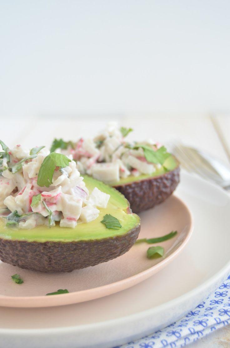 Heerlijke gevulde avocado's met surimi en een dressing van mayonaise, yoghurt en limoen. Een fijne combinatie.