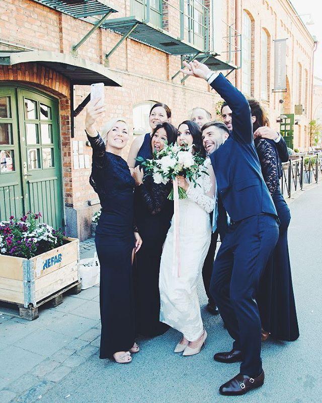 Ett roligt gäng som hängde med Brudparet hela dagen lång ❤ #josephinephilip2017 #wedding #bride #groome #bridemaids #bestman #love #friends #bröllop #brud #brudgum #kärlek #brudtärnor #nikonD800 #jönköping #sweden http://gelinshop.com/ipost/1524750424820942100/?code=BUpAG7SlAUU
