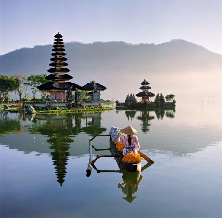 Hinduistyczna świątynia Ulun Danu Bratan - Postanowili mieć życie, które  będzie lepsze od wakacji. Wyjechali na Bali