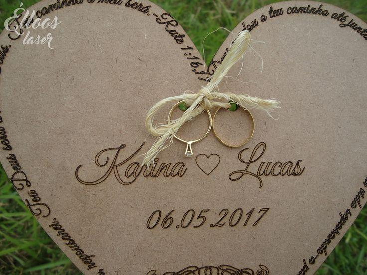 Porta alianças em estilo rústico, que está super em alta nos casamentos! Personalizado com o nome dos noivos, data e frase bíblica. #wedding #rustic
