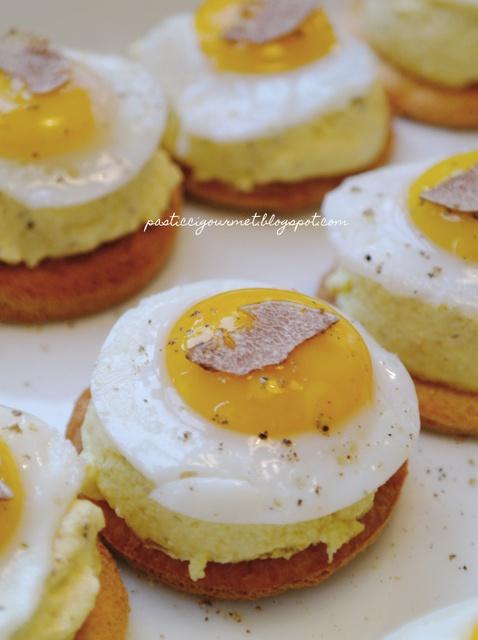 Crostini con crema cotta al parmigiano reggiano, uova all'occhio di bue e tartufo bianco d'Alba