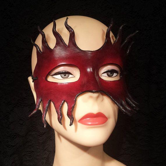 Cuero rojo y negro máscara mascarada veneciana por ReliableLeather