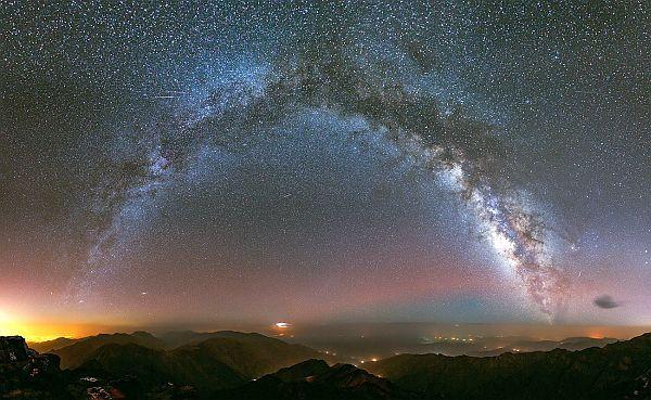 En Büyük Galaksiler Ne Kadar Büyük?  Peki ya en küçük cüce #galaksiler ne kadar küçük? Uzun yıllar Samanyolu 100 bin ışık yılı genişliğinde dedik. Oysa son ölçümler galaksi diskinin uçtan uca 150 bin ışık yılı genişliğinde olduğunu gösteriyor; ama asıl soru bebek galaksilerin nasıl büyüyüp dev galaksilere dönüştüğü. Bunu görelim.