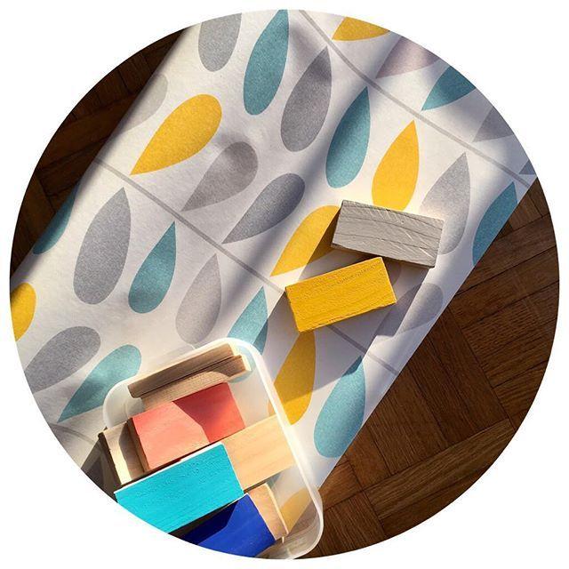 Choix des couleurs pour accompagner ce joli papier peint sur un des meubles en cours de rénovation !    #papierpeint #couleur #peinture #tollens #pantone #tripleo #tripleodeco #renovation #mobilier #meuble #deco #decoration #nuancier #fleurs #oldgold #silvercloud #jaune #gris #bleu #upcycling #vintage #vintageaddict #passioncouleur