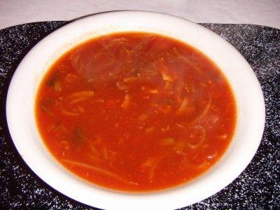 Chinese tomatensoep is een lekker recept en bevat de volgende ingrediënten: 2 eetl. bruine suiker, 1 mespunt cayennepeper, 1 scheutje sojasaus, 1,5 eetl. gembersiroop, 50 gram prei, 50 gram tauge, 100 gram kipfilet, 2 pakje Heinz Tomato Frito, 1 potje kippenbouillon, 5 dl. water
