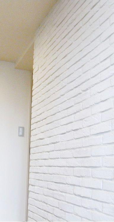 レンガのようなタイルを使ってお部屋の壁を海外のアパルトマン風インテリアを演出できます。 リビングや寝室、書斎や玄関回りなど色々な場所に施工可能です。...