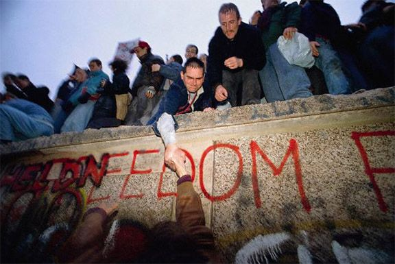 the-most-memorable-photos-of-the-fall-of-berlin-the-wall-11