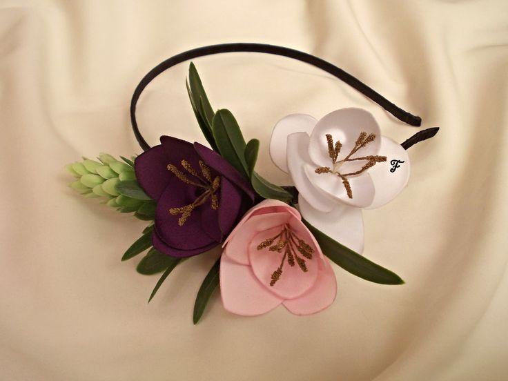 Ободок с цветками фрезии из атласа фиолетового, розового, белого цвета, дополненный веточкой хмеля.  #flos #цветы #аксессуары #украшения #для_волос #ободок #с_цветами #фрезия #фрезии #цветы #хмель #из_ткани #ручной_работы #handmade