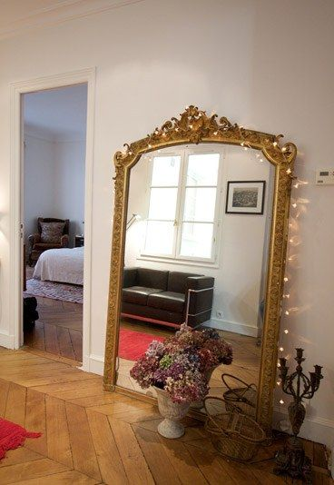 Spiegel - Pariser Haussmann Stil  - Massato - Starfriseur - Frisör in Paris - Massato hat einige Möbel und Deko-Objekte aus seiner ehemaligen Pariser Wohnung behalten. Darunter ein riesengroßer Spiegel im Pariser Haussmann Stil, den er auf einem Flohmarkt in Saint-Ouen ergattert hat...