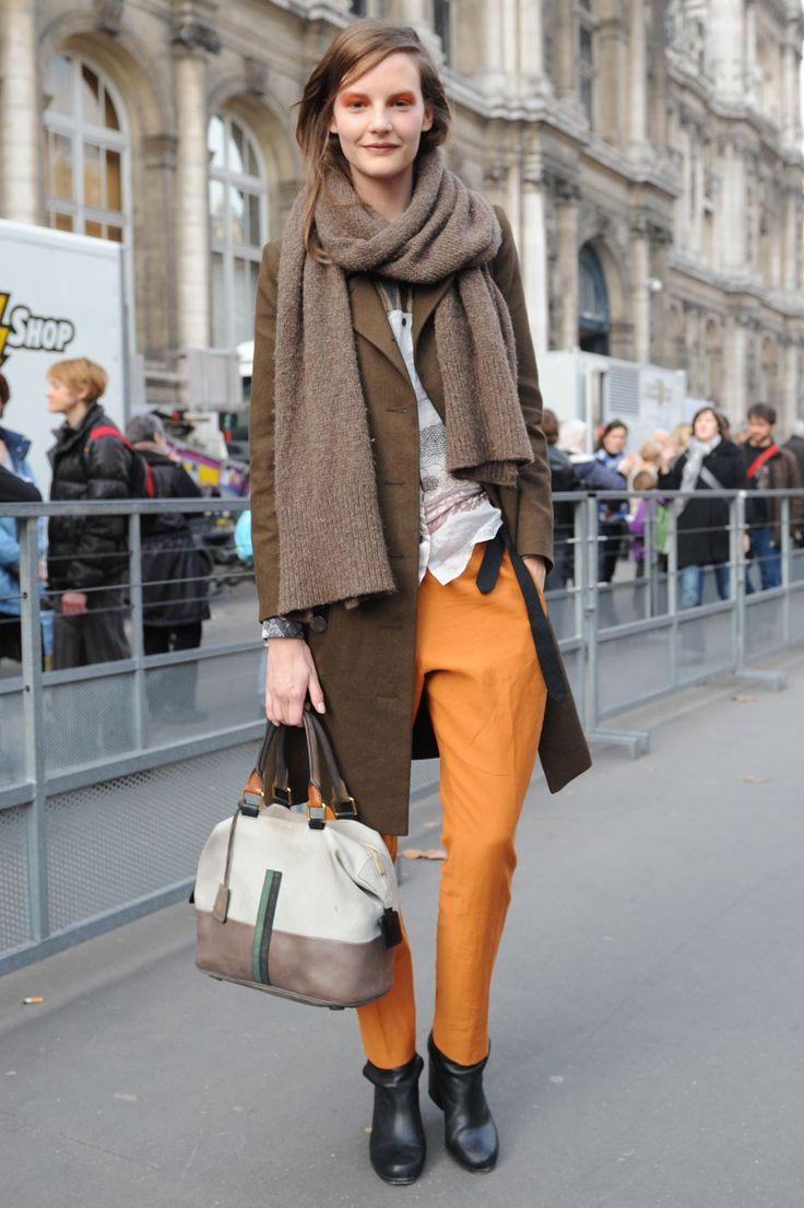 pop of colour: Models Off Duty, Pants, Colors, Street Style, Pasarela Parisina, Paris Fashion Weeks, Scarves, Eyeshadows