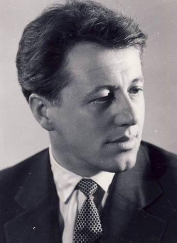 SÜTŐ ANDRÁS.  (Pusztakamarás, Románia, 1927. június 17. – Budapest, 2006. szeptember 30.) Herder- és Kossuth-díjas erdélyi magyar író.