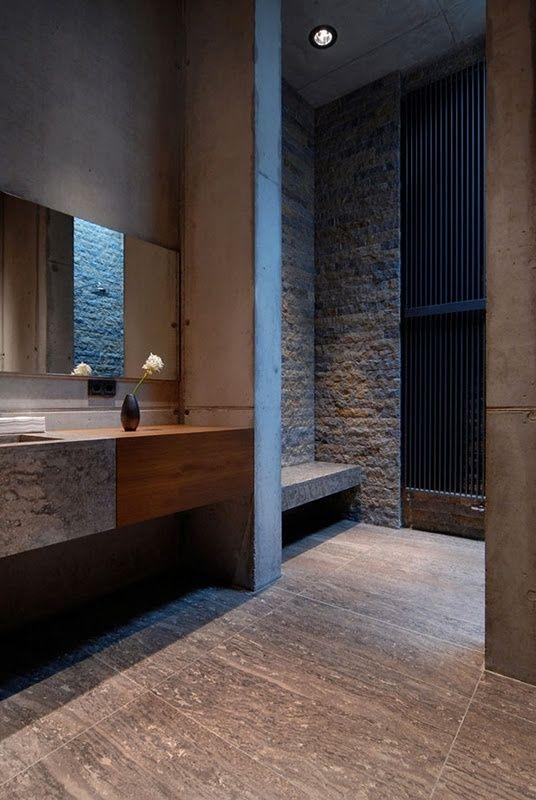 bad modern gestalten mit licht und naturstein_schönes badezimmer grau mit grauen badezimmerfliesen und wandhängewaschtisch aus beton und holz