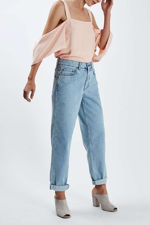We can't get enough of these boy-fit jeans. Cut above the ankle, we love the preppy feel and the nonchalant cool they add to your wardrobe. Crafted from a rich cotton with mulitple pockets and rolled hems. #Topshop