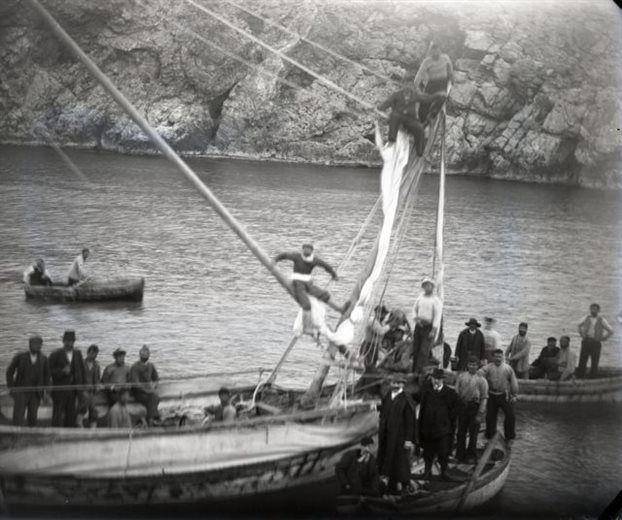 Οι σφουγγαράδες της Σύμης βουτούν στο σημείο του αρχαίου ναυαγίου, στα Αντικύθηρα (1900).