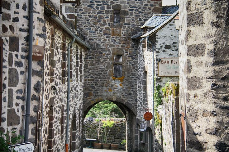 Salers, de zwarte parel in een uitgestrekt, weelderig groen landschap. Een bijzonder dorpje in de zuidelijke Auvergne, dat zijn naam heeft gegeven aan een koeienras én een kaassoort. Maar dat vooral opvalt vanwege de geheel eigen uitstraling, met dank aan de fraaie eeuwenoude architectuur en de vriendelijke en gastvrije inwoners. Een groot deel van de …