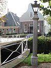 Naast de brug ten westen van de kerk een hardstenen lantaarnpaal
