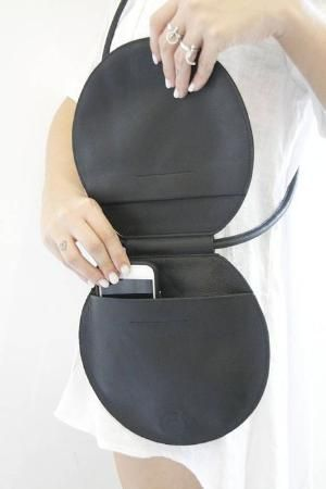 Portemonnee Design.Handgemaakte Zwarte Lederen Crossbody Tas Met Een Unieke Vorm En