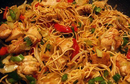 Lekker! Kipnoodles: kip marineren in ketjap, prei, paprika, komkommer, champignons in stukjes snijden. Kip bakken daarna de groente roerbakken. Beetje ketjap en chilisaus erbij. Noodlening klaarmaken zoals op de verpakking staat  en smullen maar!