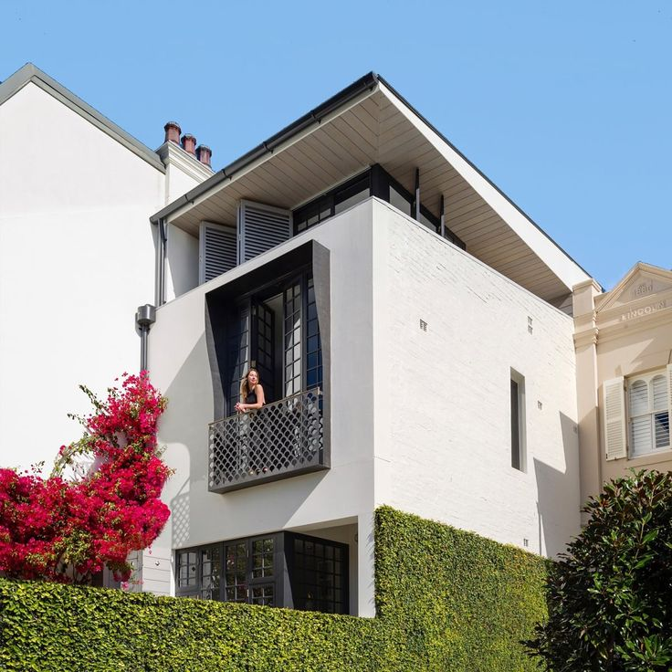 This is a great example of a terrace house done right. It features ample room on a narrow lot.