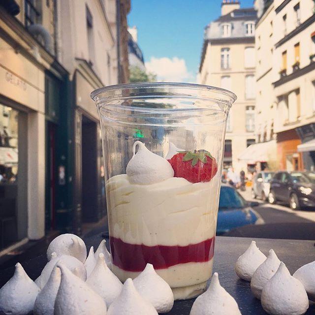 Voici notre She's Cake destructuré en version Pavlova: crèmeux cheese cake vanille ,crème chantilly, fruits rouges et meringues à la menthe fraîche! Comme un nuage en bouche! #pavlova #shescake #creation #paris #lemarais #light #cream #fresh #red #fruits #keepcalm #eat #cheesecake #lookatthesky #patisserie #meringues #menthe #gateau #nuage #yummy