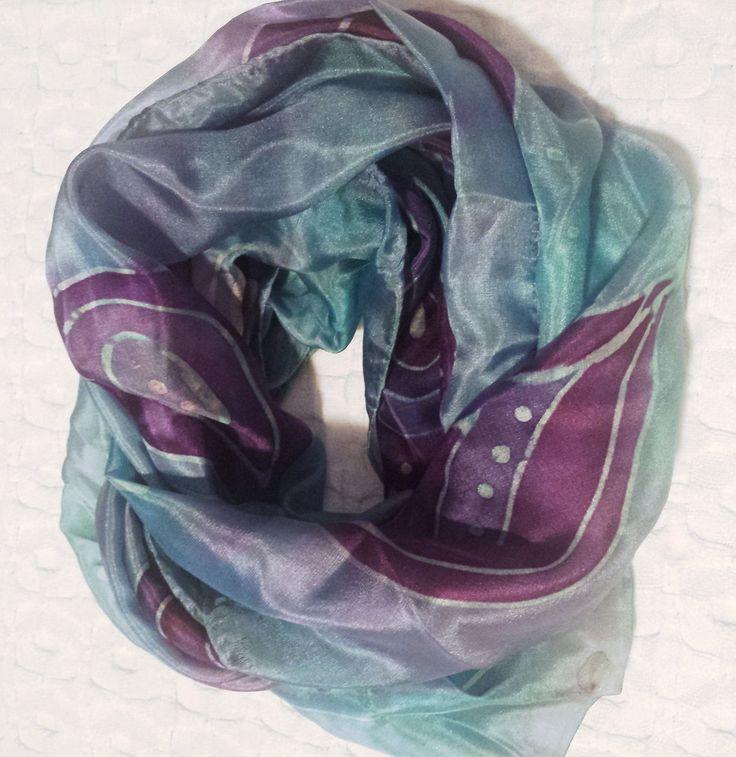 Echarpe em seda pura pintado 'a mão em azul com baloes roxo , medido 140x43cm aproximadamente . Tecnica de fixação da tinta a vapor, o que proporciona 'a seda mais maciez e cores vivas