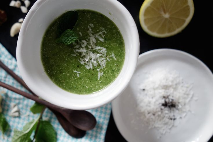 GREEN PINA COLADA – Green Smoothie w/ Pineapple Coconut Spinach Vanilla Cashews Lemon Mint www.yogaretreats.at
