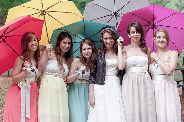 Im Regen Hochzeit mit Regenschirmen- Bunte Vintage Hochzeit von Sarah Bel Photography   Hochzeitsblog - The Little Wedding Corner