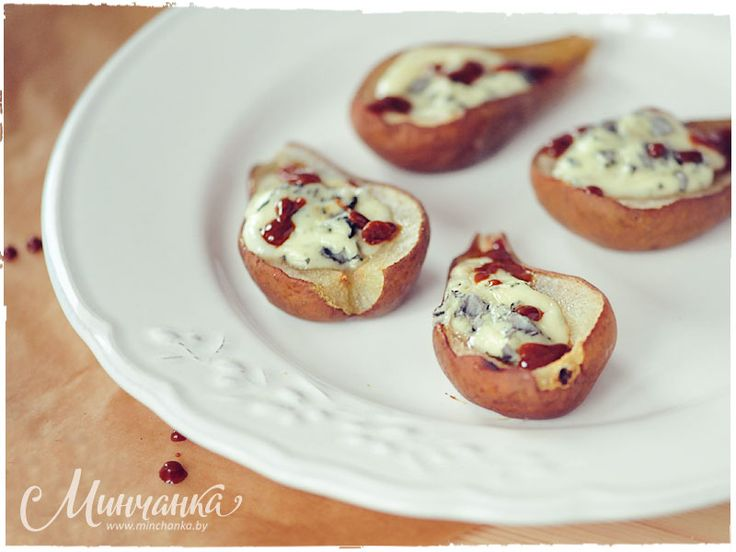 Pears baked with gorgonzola