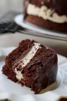 Amerika ve sanırım Kanada'da da ünü bilinen ding dong isimli hazır kekten esinlenilmiş bir pasta bu. Beni cezbeden noktası kahve ve karamelli çikolatalı ganajı oldu. İçinde böyle uçuş uçuş bi…