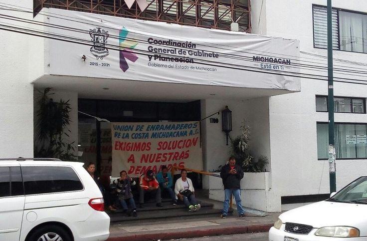 Se trata de un pequeño grupo de la Unión de Enramaderos de la Costa Michoacana que exigen a los gobiernos federal y estatal una serie de apoyos pendientes; aseguran que ...