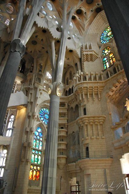 Interior sagrada familia barcelona catalonia for Interior sagrada familia