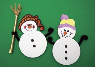 Sevimli Kardanadamlar;  Bu kardan adamlar hiç erimiyor... Haydi çocuklar yuvarlak delgeçlerle minik bembeyaz kardan adamlar yapacağız, şapkalarını boyayıp giydireceğiz, süpürgesini hazırlayıp eline tutturacağız... Bu minik kardan adamlar ile çok eğleneceğiz...