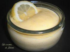 Avec cette chaleur, j'ai eu envie d'un dessert frais et léger. La mousse au citron que je vous propose ici allie ainsi fraîcheur et légèreté (ni beurre, ni sucre, ni crème !). Vous pouvez donc la déguster sans modération aucune ! Ingrédients, pour 4 mousses...