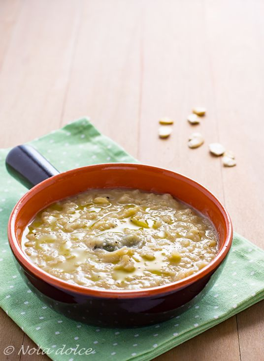 La zuppa di fave semplice è una deliziosa minestra ottima da gustare calda, preparata a partire dalle fave secche e profumata con aromi speciali
