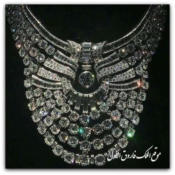 عقد الملكة نازلي عقد من الألماس و البلاتين يزن ٢١٧ قيراط من الماس يقع في منتصفها حجرا من الماس الدائرى الشكل يبلغ 6 قيراط با Royal Jewelry Bling Necklace